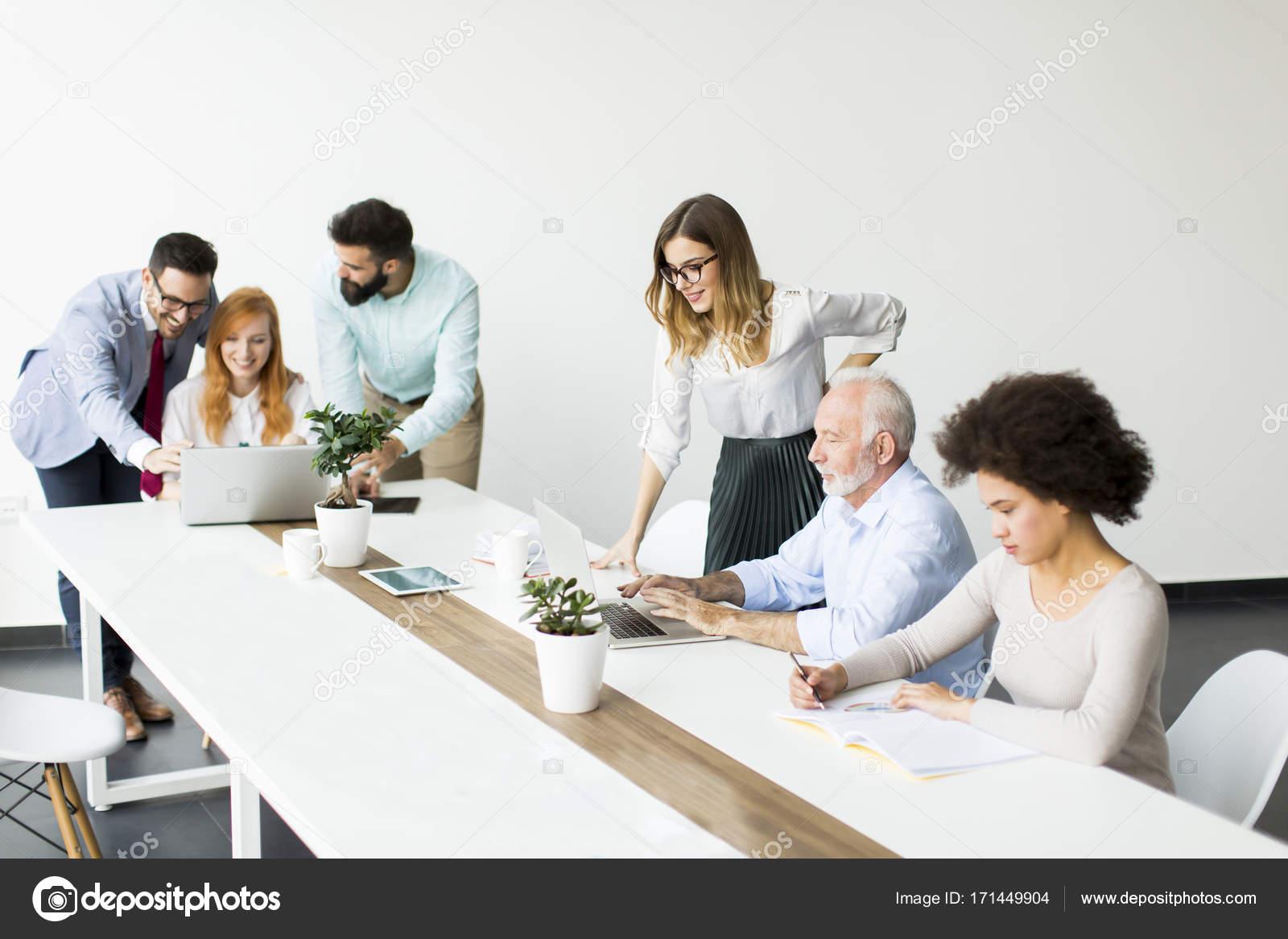 Ufficio Moderno Gioiosa : Squadra di affari multirazziale gioiosa al lavoro in ufficio
