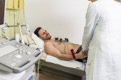 Giovane che fa ECG in ospedale