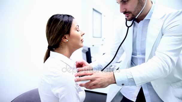 Ärztin überprüft Blutdruck einer Patientin