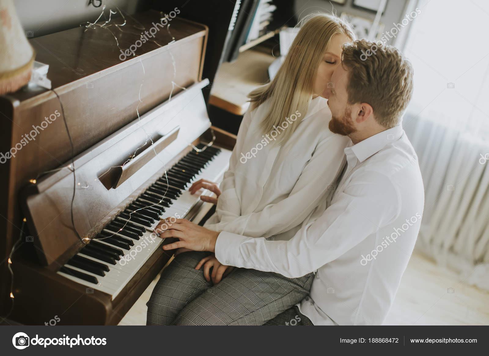 Amorosa pareja tocando piano sala casa fotos de stock for Casa piano cotizacion