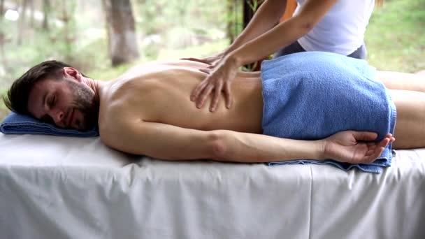 Mladý muž s relaxační masáž v lázních