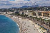 Nizza, Francia - 6 ottobre 2019: Persone non identificate sulla spiaggia e sulla Promenade des Anglais in Costa Azzurra a Nizza, Francia. In nie ci sono 15 spiagge private e 20 spiagge pubbliche.