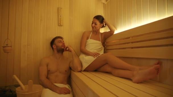Schönes junges Paar entspannt sich in der Sauna