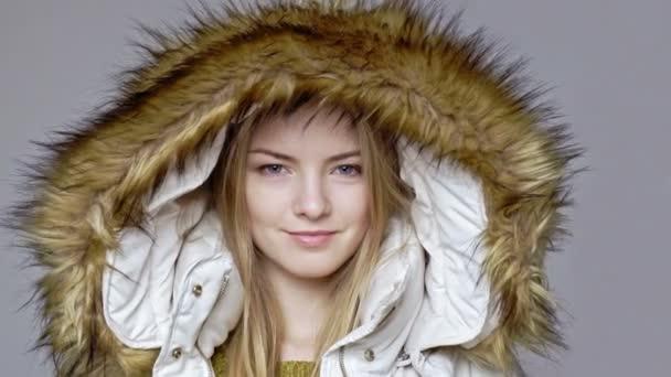 cheap for discount c1da4 fc91f Frau mit warmen Wintermantel mit Fell Kapuze