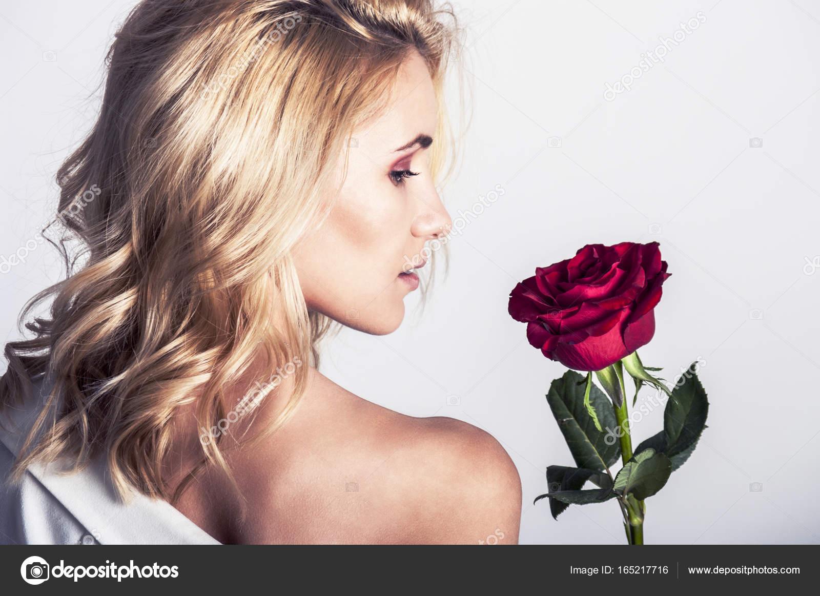 Фото блондинок с длинными волосами и букетом цветов