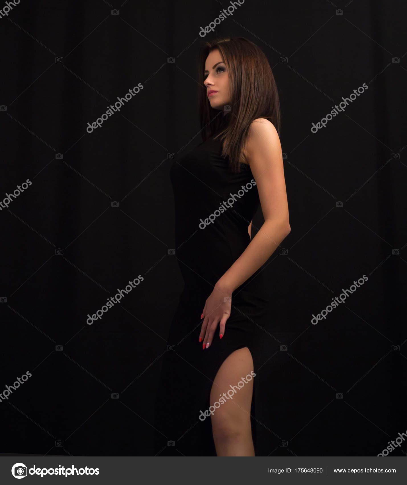 Горячая девушка брюнетка