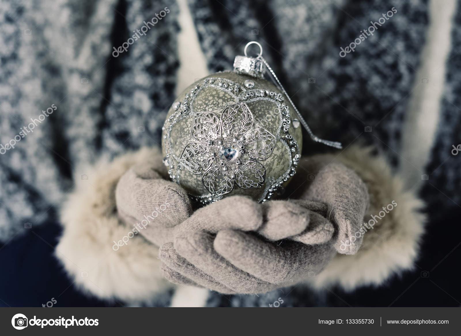 Mujer con una bola de navidad adornados foto de stock - Bola de navidad con foto ...