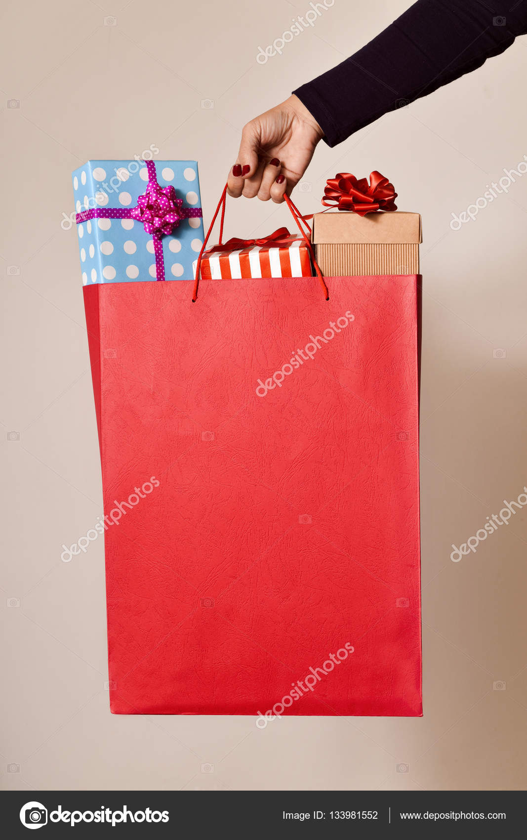 53833cbff0a0 mulher com uma sacola cheia de presentes — Fotografias de Stock ...