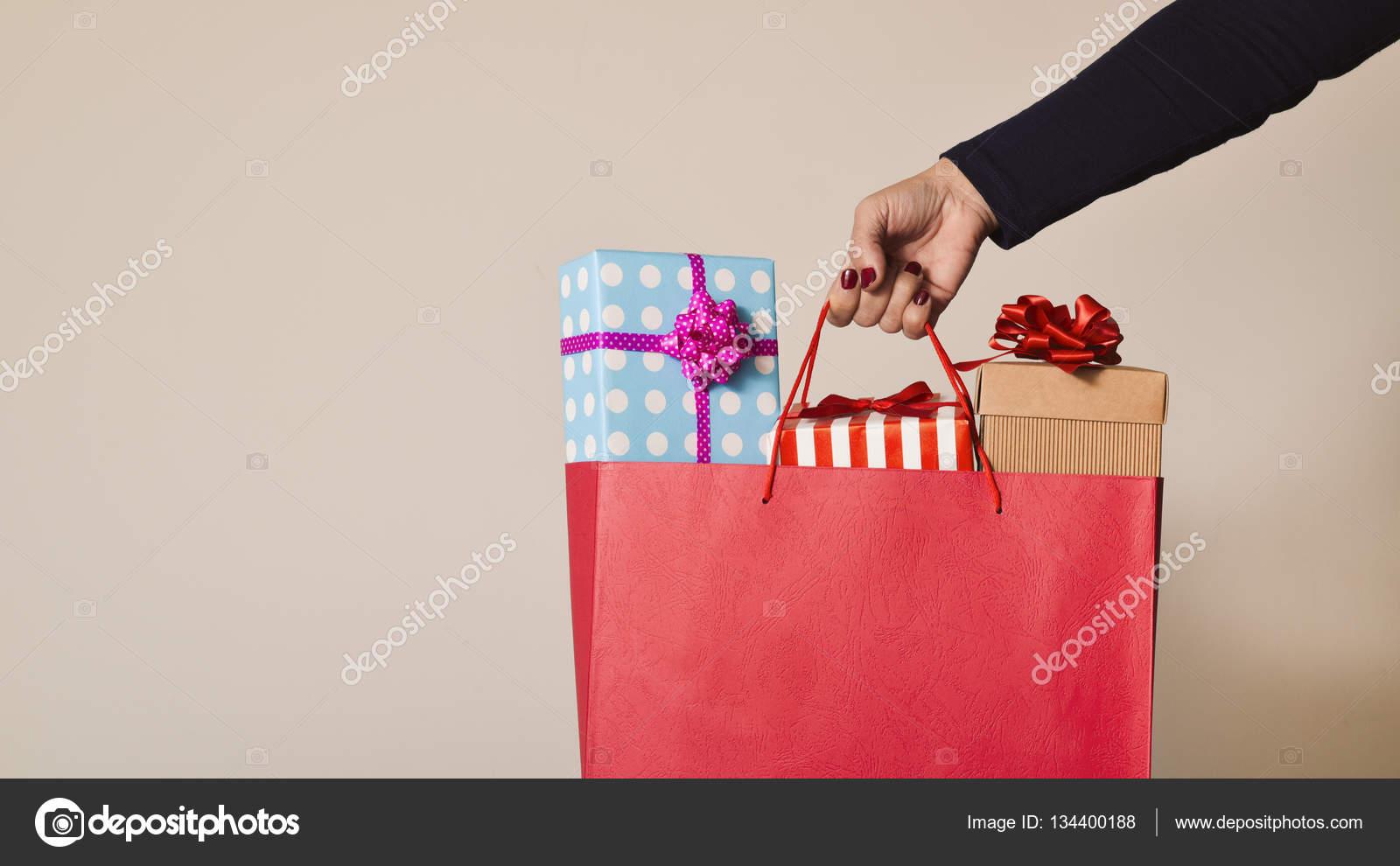 c47e3f6d2e07 mulher com uma sacola cheia de presentes — Stock Photo © nito103 ...