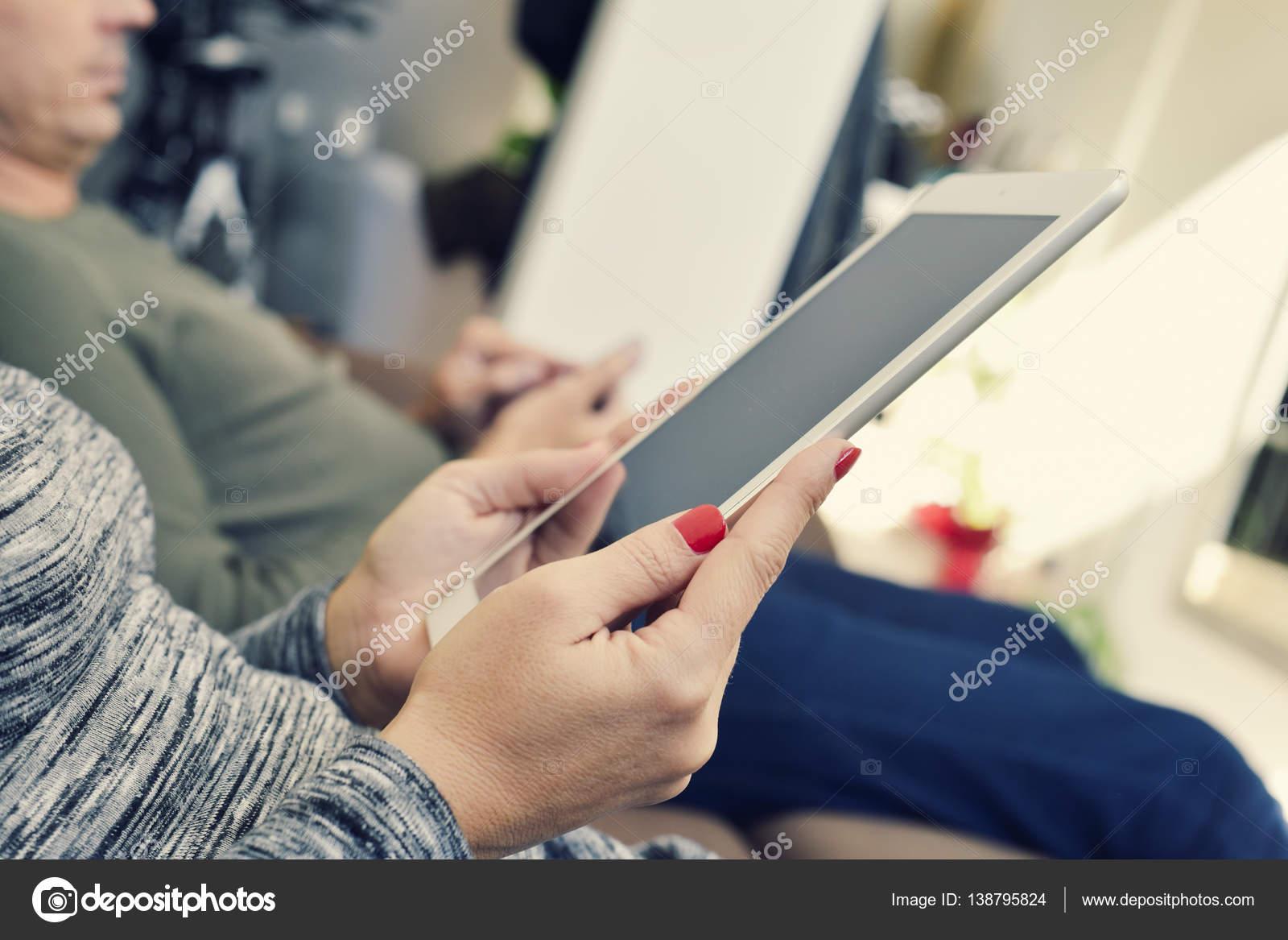 hombre y mujer usando dispositivos electrónicos — Fotos de Stock ...