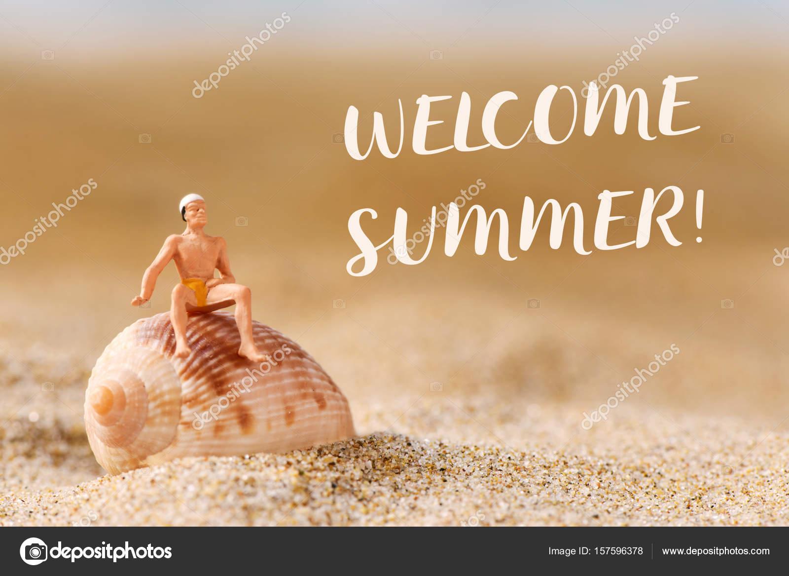 Costume Da Bagno Conchiglia : Uomo in miniatura in costume da bagno e testo benvenuta estate