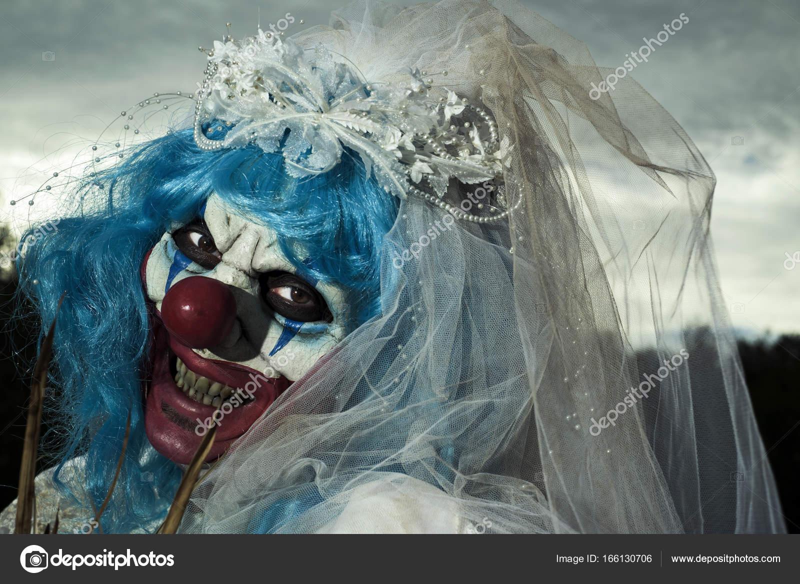 unheimlich böse Clown in einem Brautkleid — Stockfoto © nito103 ...