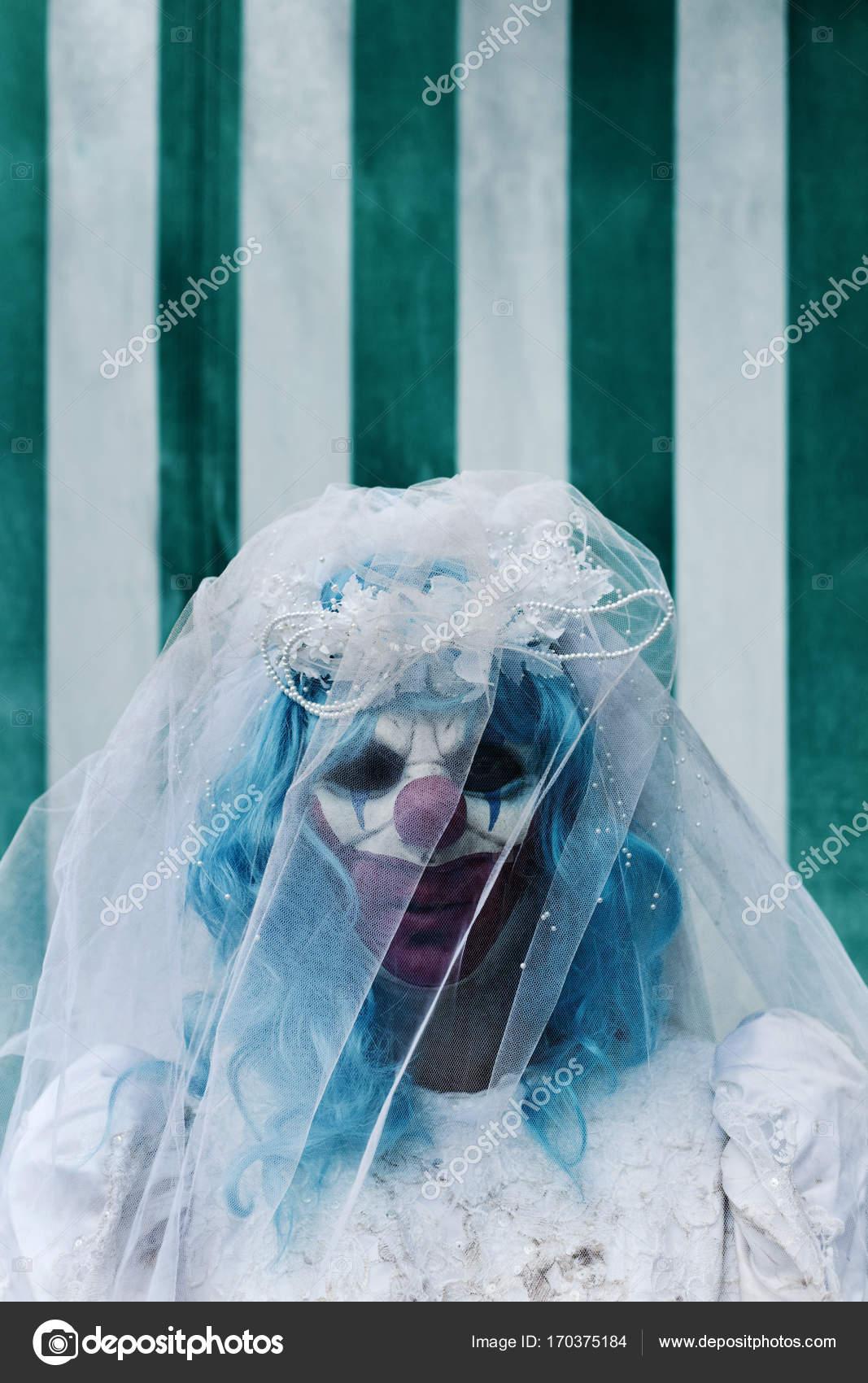 unheimlich böse Clown in einem Brautkleid im Zirkus — Stockfoto ...