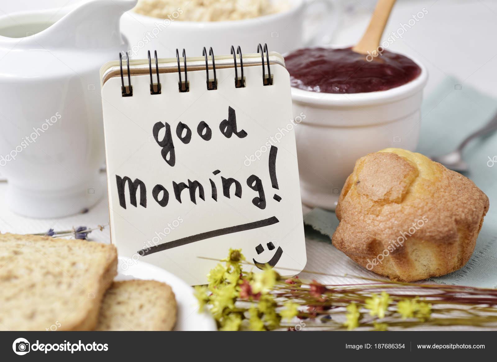 Frühstück Und Text Guten Morgen In Einer Notiz Stockfoto