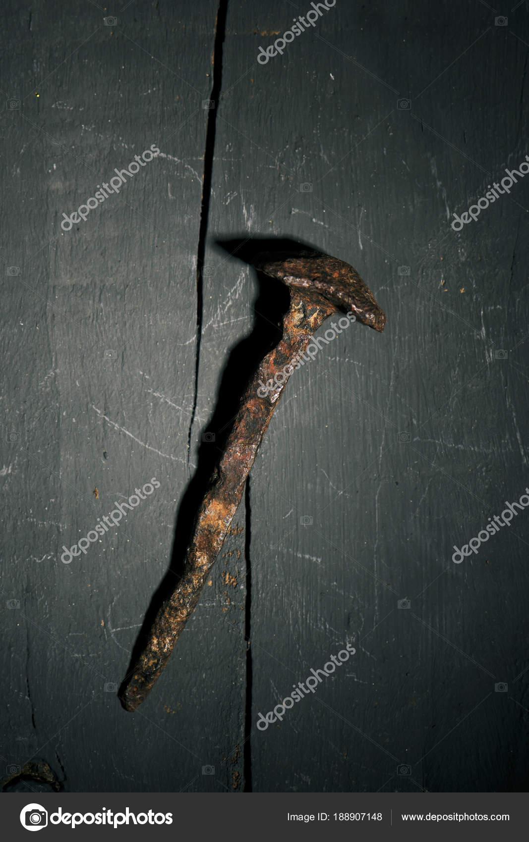 rostigen Nagel auf einer rustikalen Holzoberfläche — Stockfoto ...