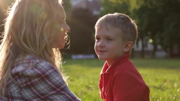 glückliche Mutter und süßes Kind beim Umarmen im Park