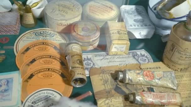 su un ripiano Stand oggetti dellantica medicina, vasetti di polveri, i più grandi produttori di imprese