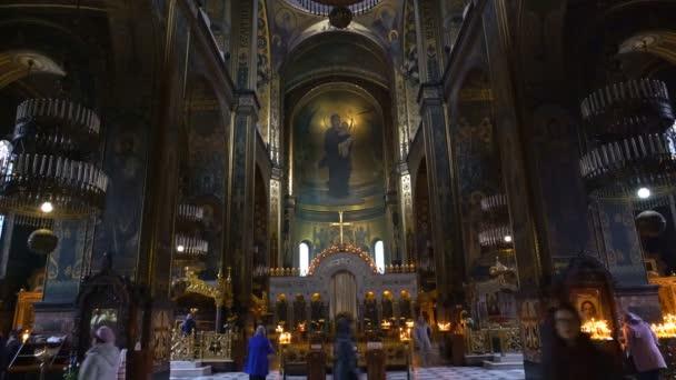 Christian katedrális pedig tele az emberek. Emberek jönnek, hogy a templom imádkozzunk és gyertyát gyújtok