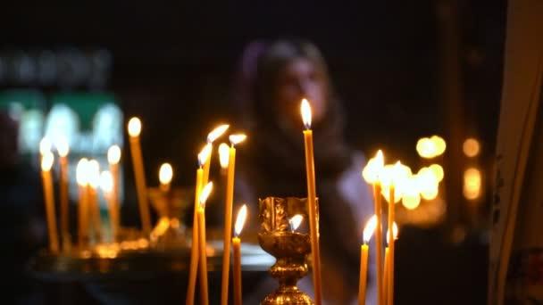 Gyertya világít az előtérben. a templom jött Luthi szembesülnek imádkozni, gyertyák, kereszt és imák