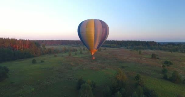 Herbst ein Quadrocopter ausziehen eine Ballonfahrt.