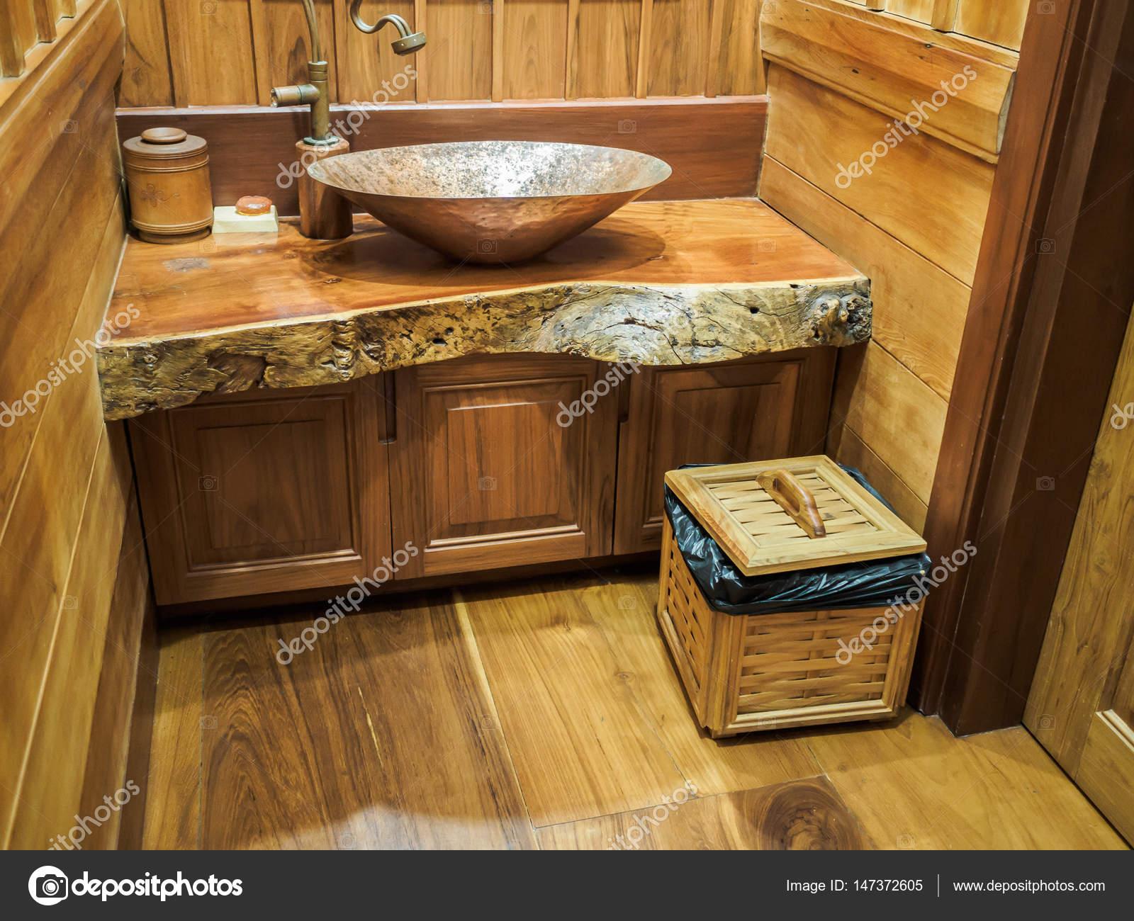Vintage ottone lavandino e rubinetto in bagno in legno — Foto Stock ...