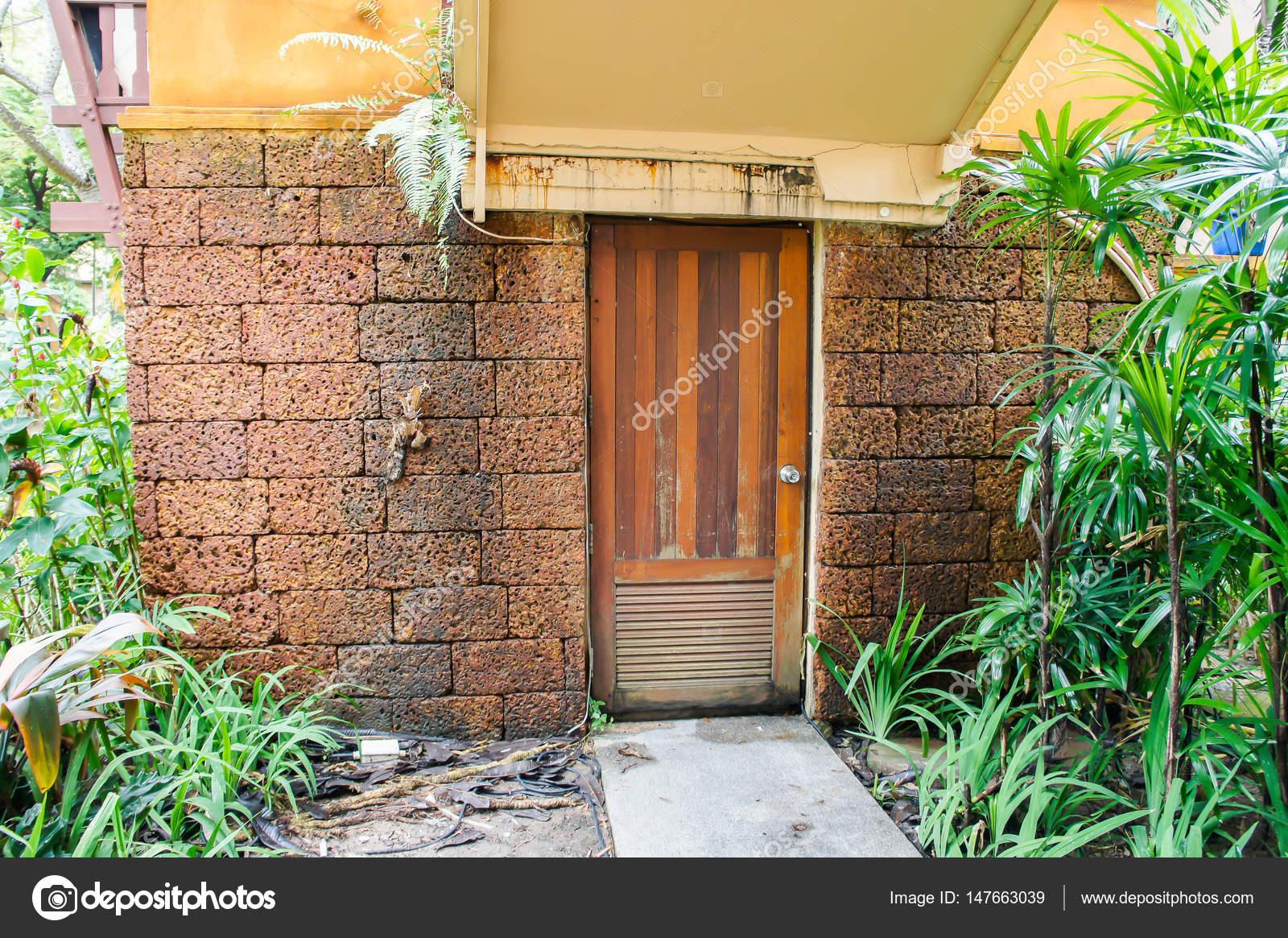 Stenen Muur Tuin : Houten deur in de lateriet rode stenen muur tuin achtergrond