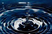kapka vody, spadající