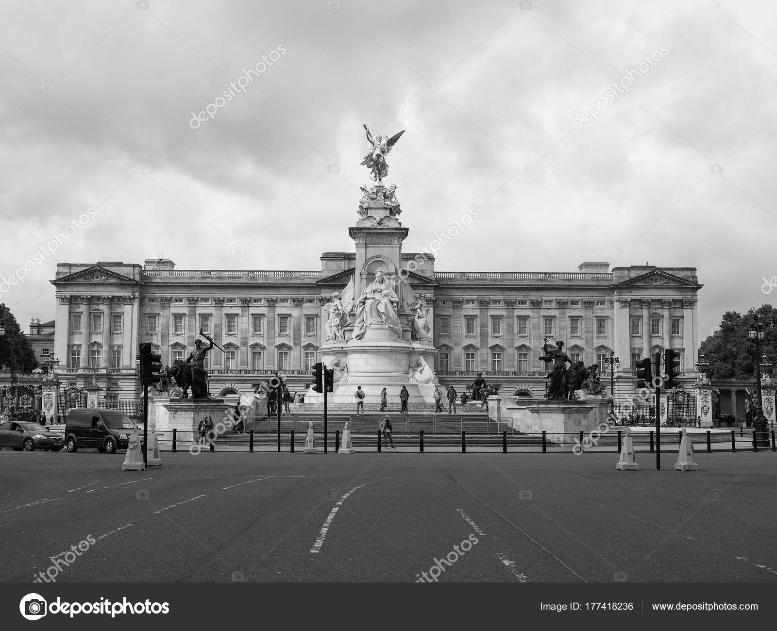 Buckingham palace in london black and white stock photo