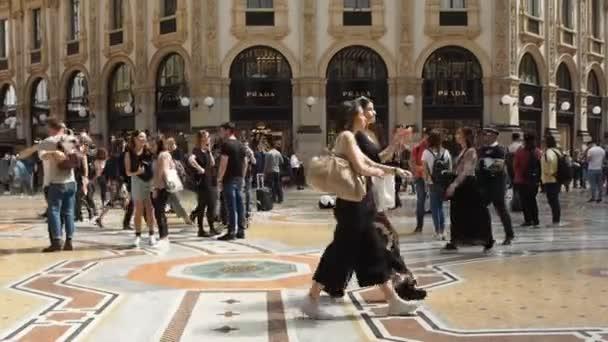 Persone in centro a Milano