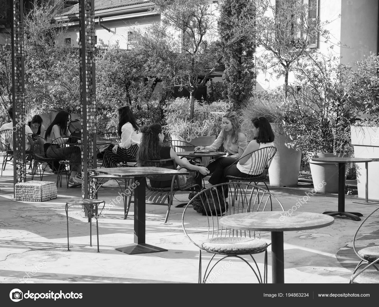 Femmes à 10 Bar Célèbre De Corso Como à Milan Noir Et Blanc