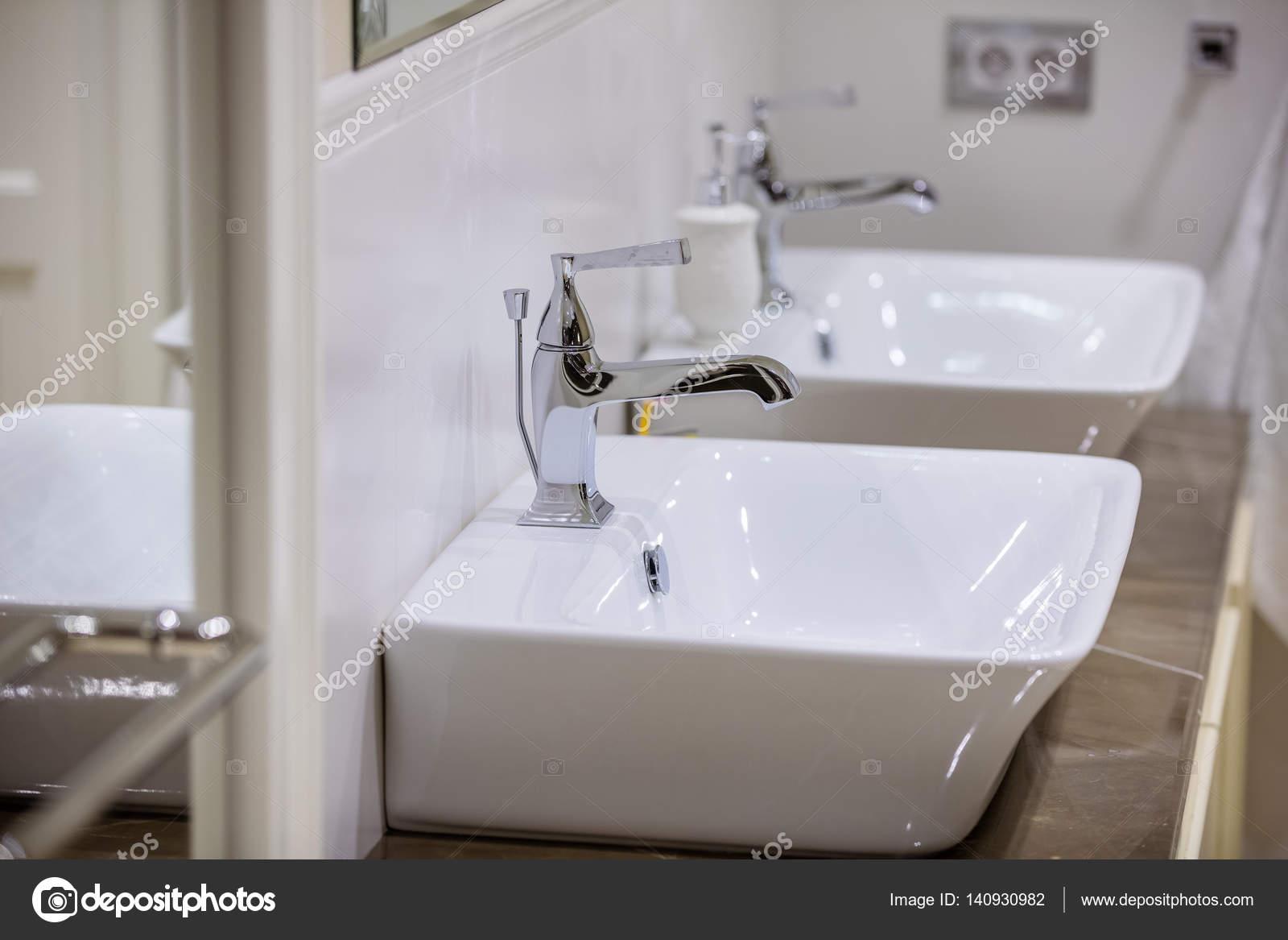 Salle De Bain Et Eau ~ l eau coule dans la salle de bain photographie photobac 140930982