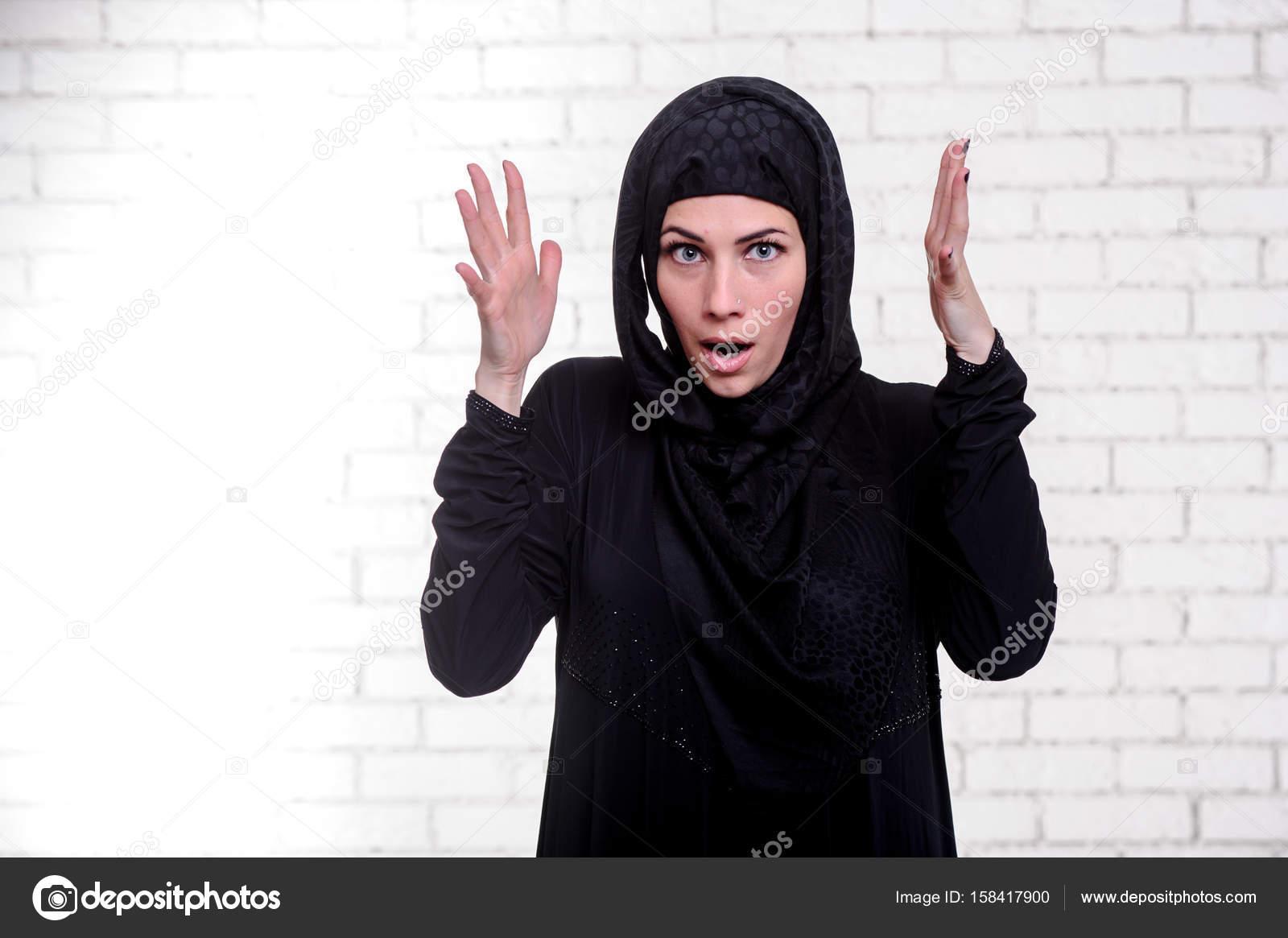 6c2bf3868 Joven mujer árabe, vestida vestido árabe tradicional. — Fotos de ...