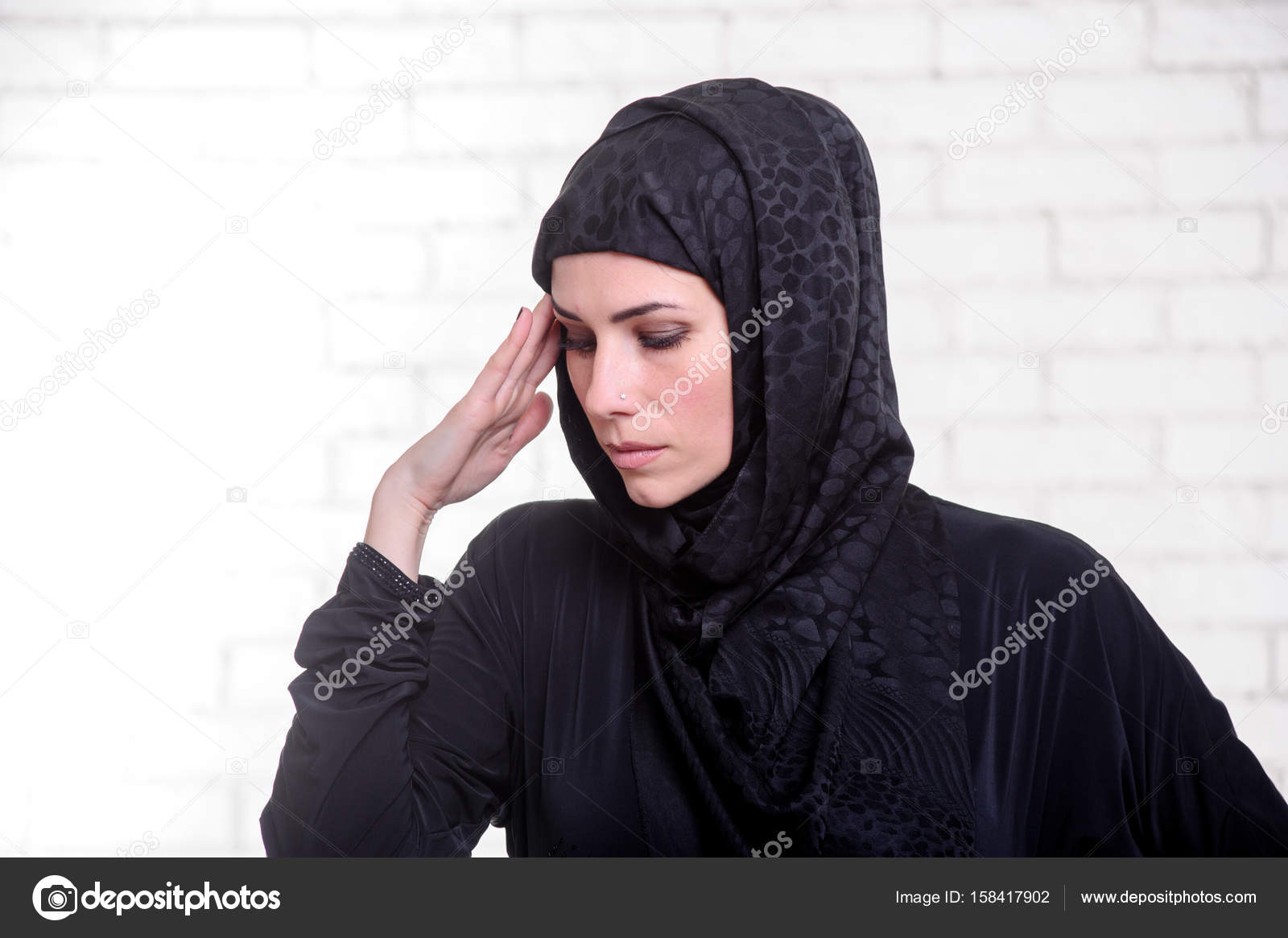 3861c34e9 Joven mujer árabe, vestida vestido árabe tradicional. — Foto de ...