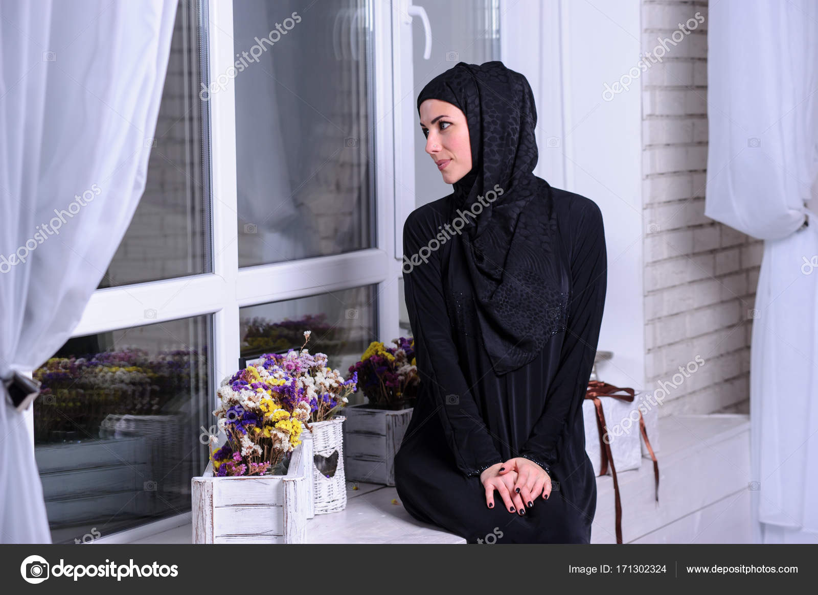 42435826b Vestido de la joven mujer usar tradicional árabe — Foto de stock ...