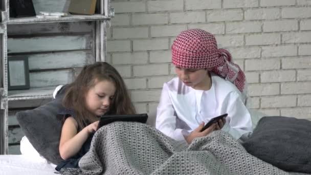 portrét málo arabské muslimské chlapce a dívku