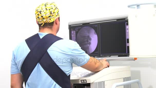 Vinnitsa, Ucraina, 25 di September.2017:Work con i pazienti dellimmagine di centereditorial riabilitazione della colonna vertebrale. Editoriale