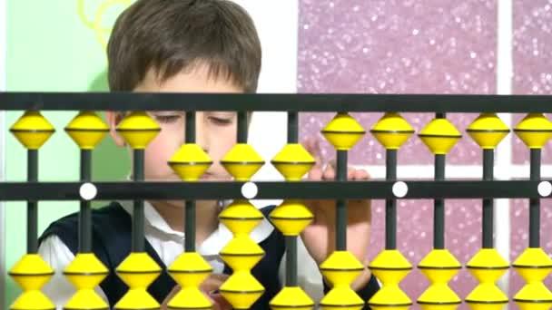 Šťastné dítě hrát s hračkami v MŠ, abacus. Rozkošný chytré dítě učí počítat. Raný vývoj dětí