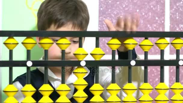 Šťastné dítě hraje s abacus. Rozkošný chytré dítě Učíme se počítat