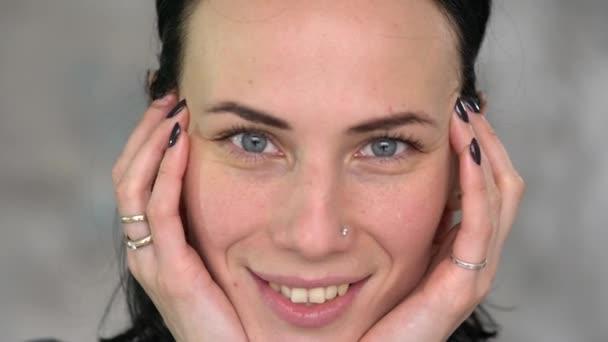 Portrét krásné kočička s modrýma očkama. Koncept péče a krása těla