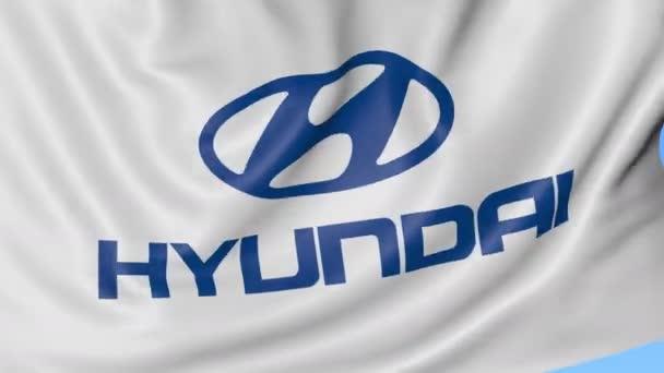 Zbliżenie macha flagą z logo Hyundai Motor Company, Płynna pętla, niebieskie tło. Redakcji animacji. 4 k Prores, alfa– filmik stockowy