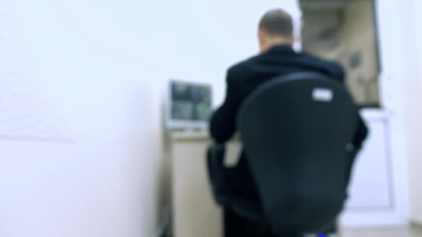 Rozmazané hlídač ve sledování monitoru videa 4k