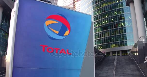 Conseil de signalisation de rue avec le logo de total s.a.. bureau