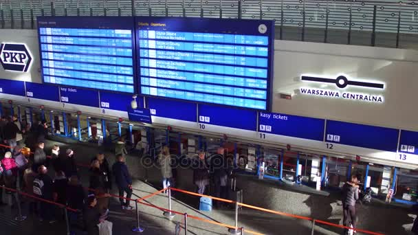 Varšava, Polsko - 26 listopadu 2016. 4 k videa z centrální železniční stanice cestující fronty u pokladny