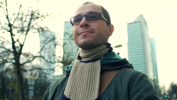 Veselá programátor nosí brýle černé ráfku chodí na město obchodní ulice. 4 k steadicam video