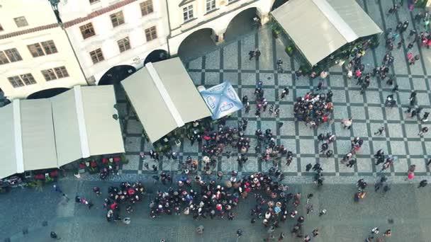Praha, Česká republika - 3. prosince 2016. 4 k top shot turistů na Staroměstském náměstí. Starobylé město ulice pohled