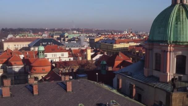 Oranžové střechy a gothic spires staré město a vzdálené Pražský hrad za slunečného dne, Česká republika. 4 k přehled pan shot