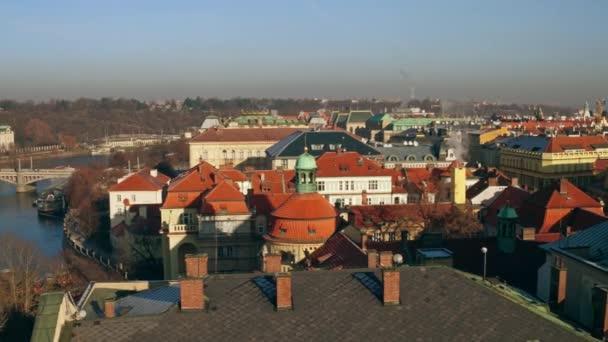 Panoramic zastřelil starého města Pražského, Vltavy a vzdálené Pražský hrad, Česká republika. Slavný body zájmu města. 4k video