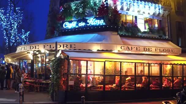 Paříž, Francie - 31 prosinec 2016. Steadicam záběr slavná Café de Flore večer. Oblíbeným turistickým cílem. 4k video