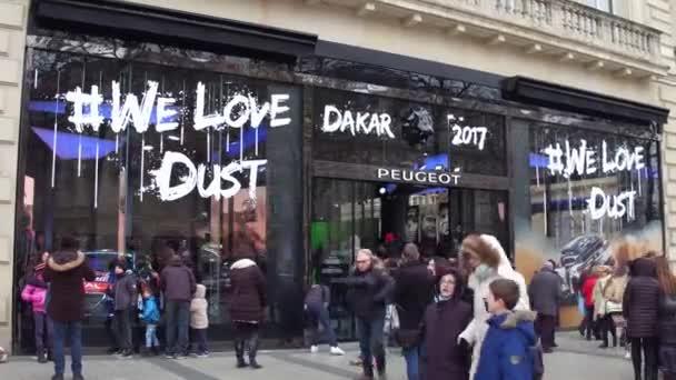 Paříž, Francie - 31 prosinec 2016. Peugeot boutique znakem Dakar 2017 na slavné francouzské ulici Champs-Elysees. 4k video