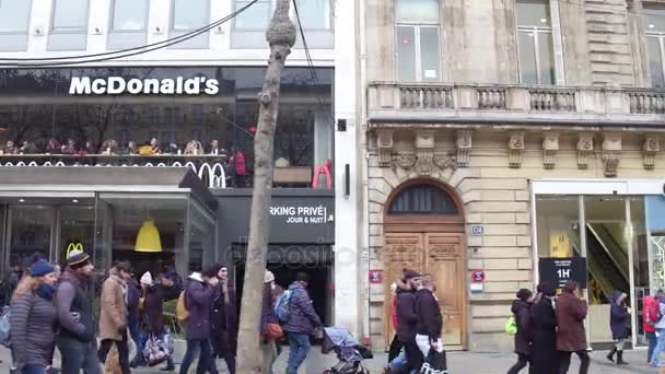 Paříž, Francie - 31 prosinec 2016. Restaurace McDonald s na slavné francouzské ulici Champs-Elysees. 4 k steadicam video